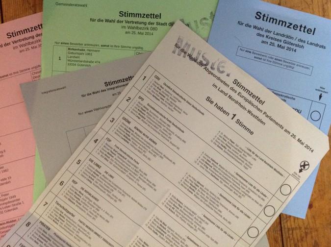 Das Bild zeigt mehrere Stimmzettel zur Wahl 2014