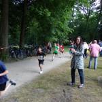 Das Foto zeigt mich am Rand der Laufstrecke und ich feuere die Schulkinder an.