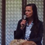 Das Foto zeigt Anke Knopp auf dem Podium der Grünen.