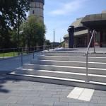 Das Bild zeigt Treppen vor der Stadthalle und dem Wasserturm.