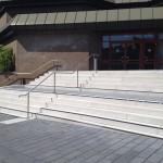 Das Bild zeigt steile Treppen vor der Stadthalle Gütersloh.