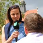 Das Bild zeigt Anke Knopp im Bürgermeisterwahlkampf mit dem Micro von GT TV im Bürgerkontakt.