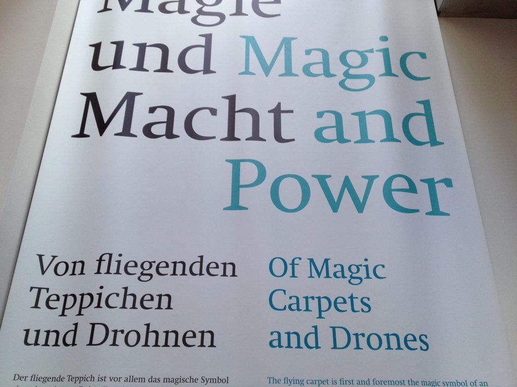 Das Foto zeigt einen Text Macht und Magie