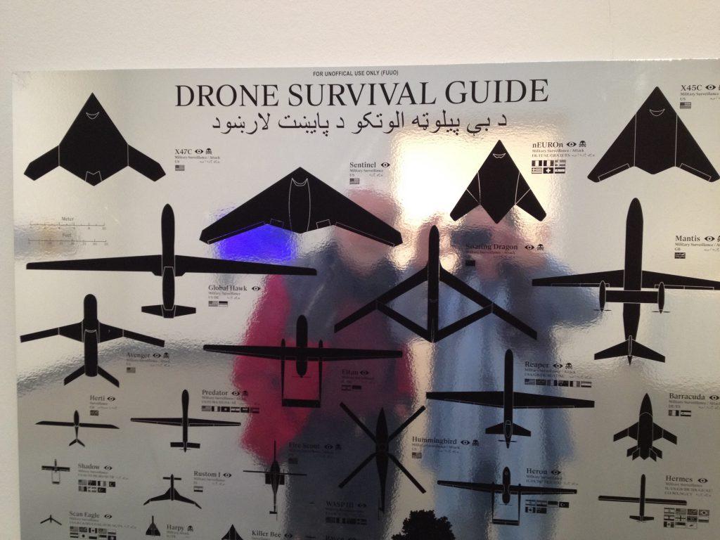 Das Foto zeigt eine Schautabelle mit Drohnenumrissen.