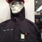 Das Foto zeigt einen Dummy mit Sensoren an der Arbeitskleidung.