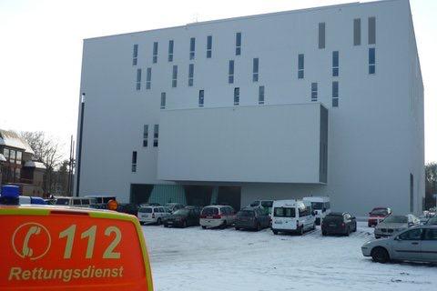 Das Foto zeigt einen Rettungswagen vor dem Theater in Gütersloh.
