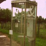 Das Foto zeigt eine verwaiste Telefonkabine der Telecom France.