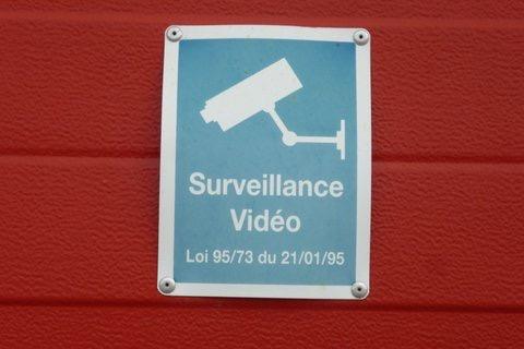 Das Foto zeigt eine Anzeigetafel für Überwachung.