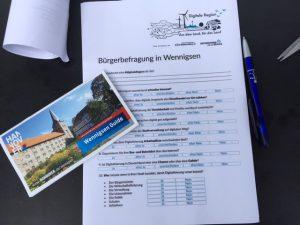 Das Foto zeigt den Fragebogen und eine Broschüre zu Wennigsen.