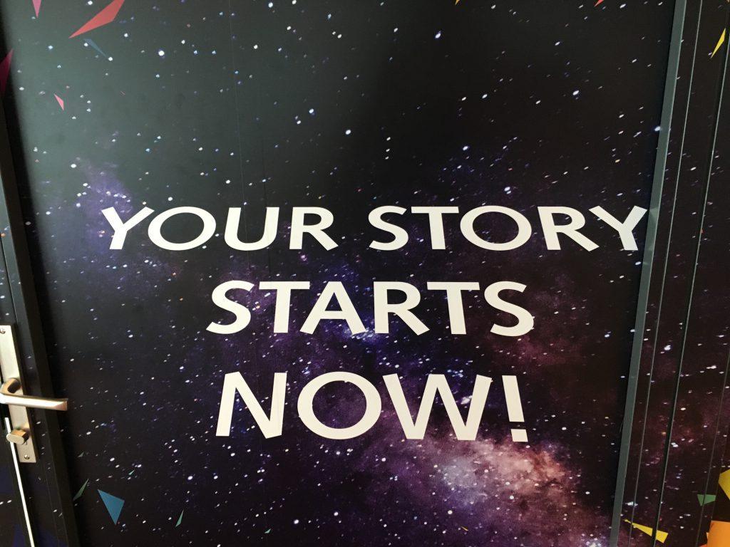 Das Foto zeigt die Aufschrift. your story starts now.
