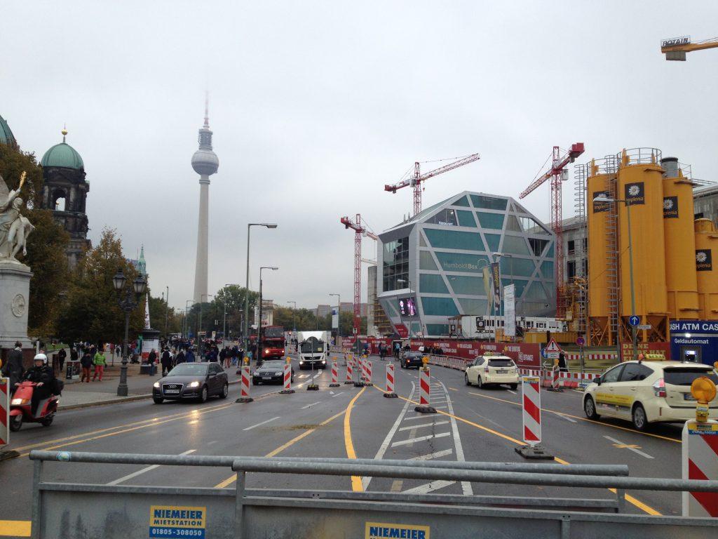 Das Foto zeigt Unter den Linden und den Bau des Stadtschlosses.