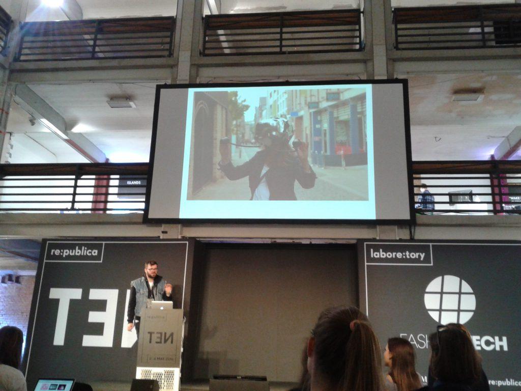 Das Foto zeigt eine VR-Brille auf der Fashiontech in Berlin.
