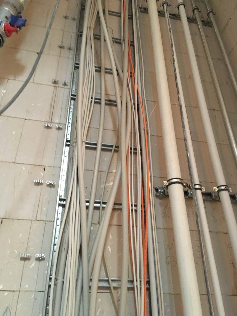 Das Foto zeigt Leitungen.
