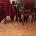 Das Foto zeigt zwei Stühle von hinten.