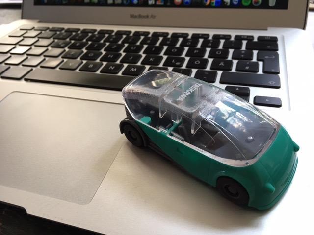 Das Foto zeigt ein Spielzeugauto auf meinem Notebook.