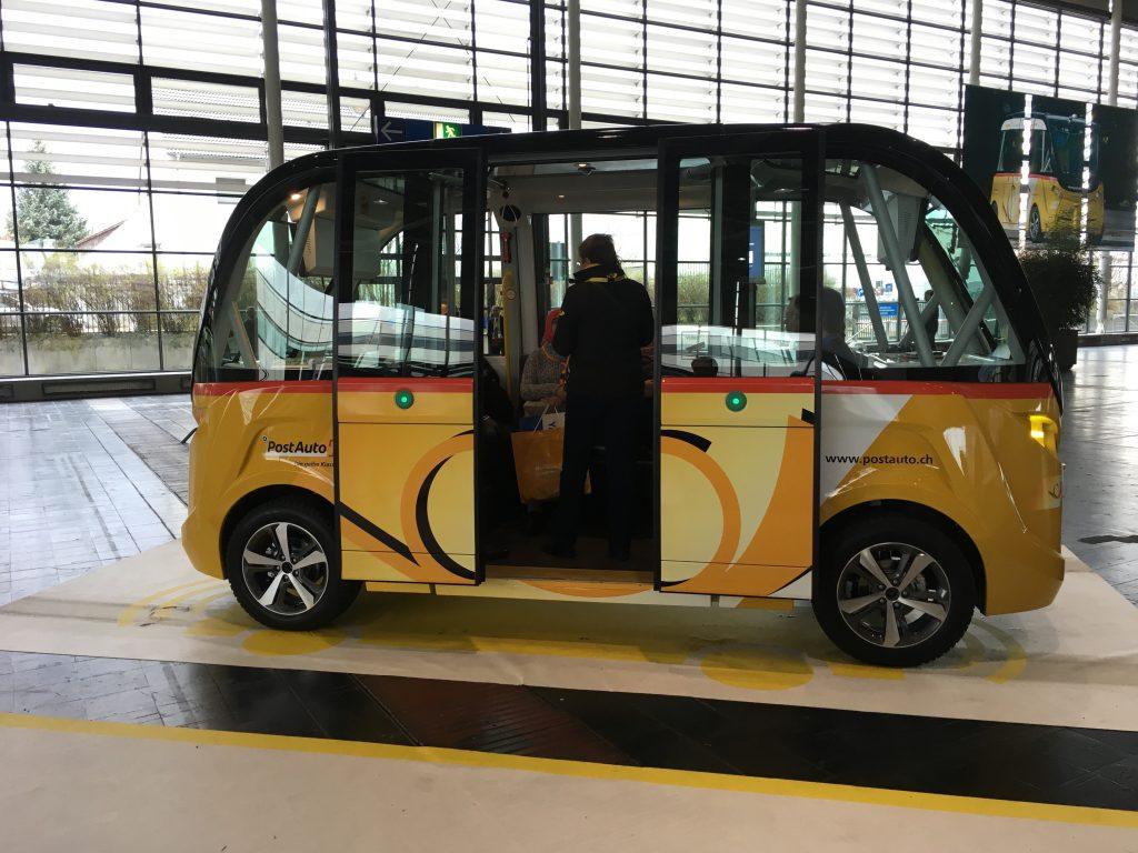 Das Foto zeigt den fahrerlosen Postbus aus Seon, Schweiz auf der CeBIT.