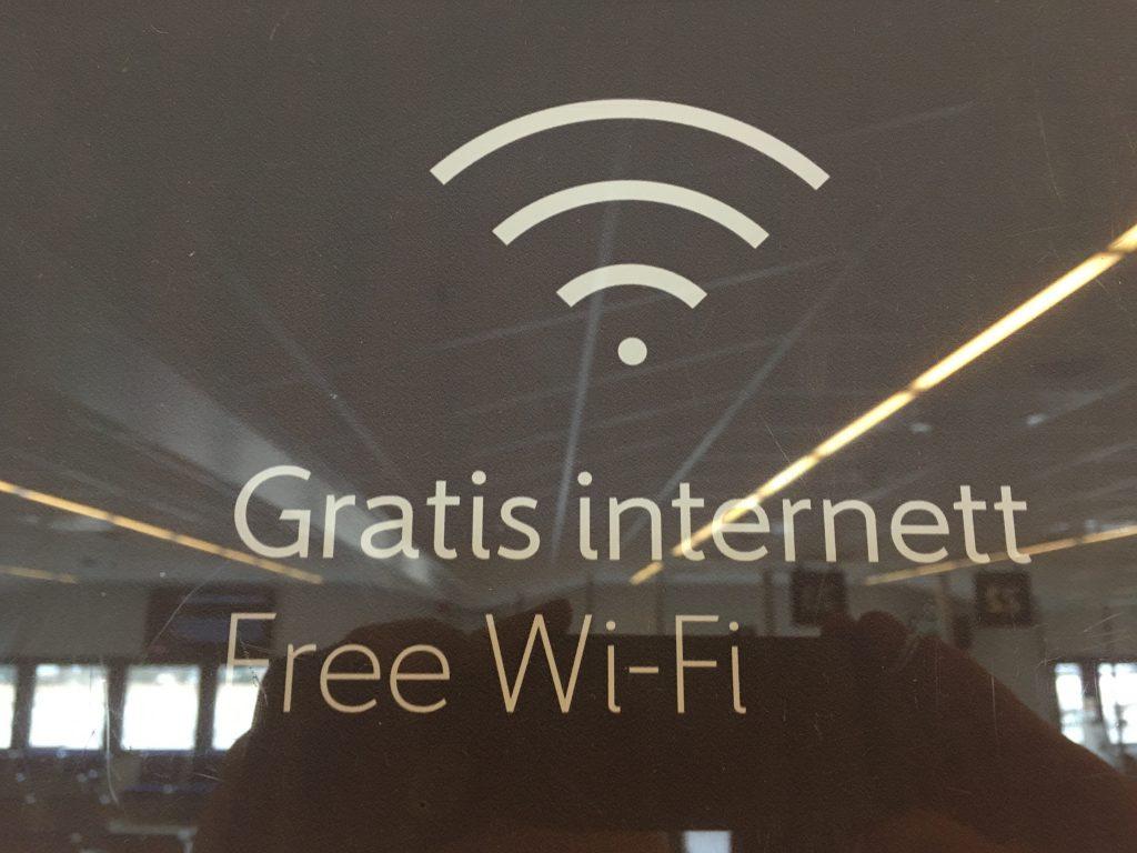 Das Foto zeigt ein Schild Internett in norwegisch.
