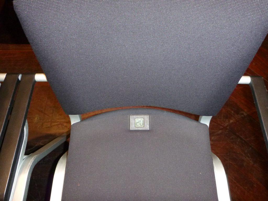 Das Foto zeigt einen Stuhl mit einer digitalen Nummerierung.