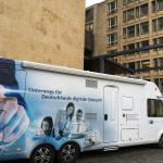 Das Foto zeigt ein Wohnmobil mit Infos zur Breitbandversorgung in Deutschland.