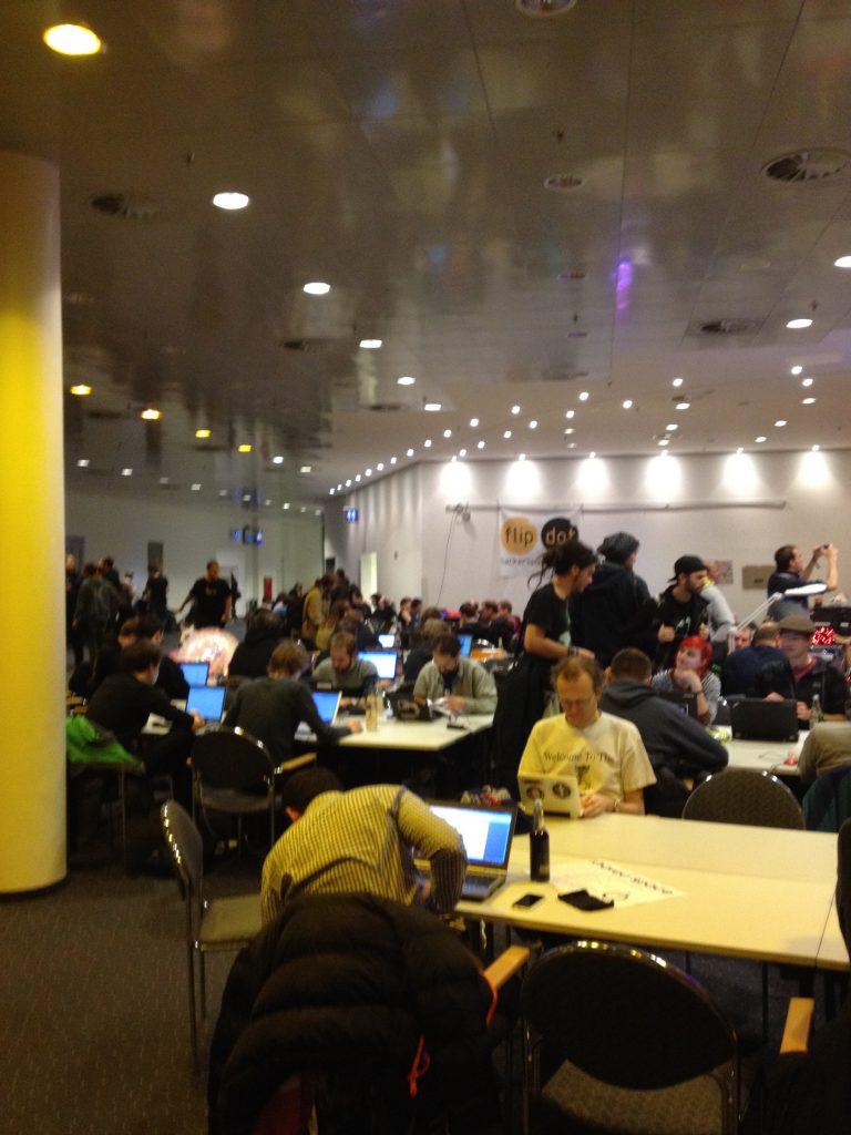 Das Foto zeigt einen Makerspace auf dem CCC-Kongress in HH.