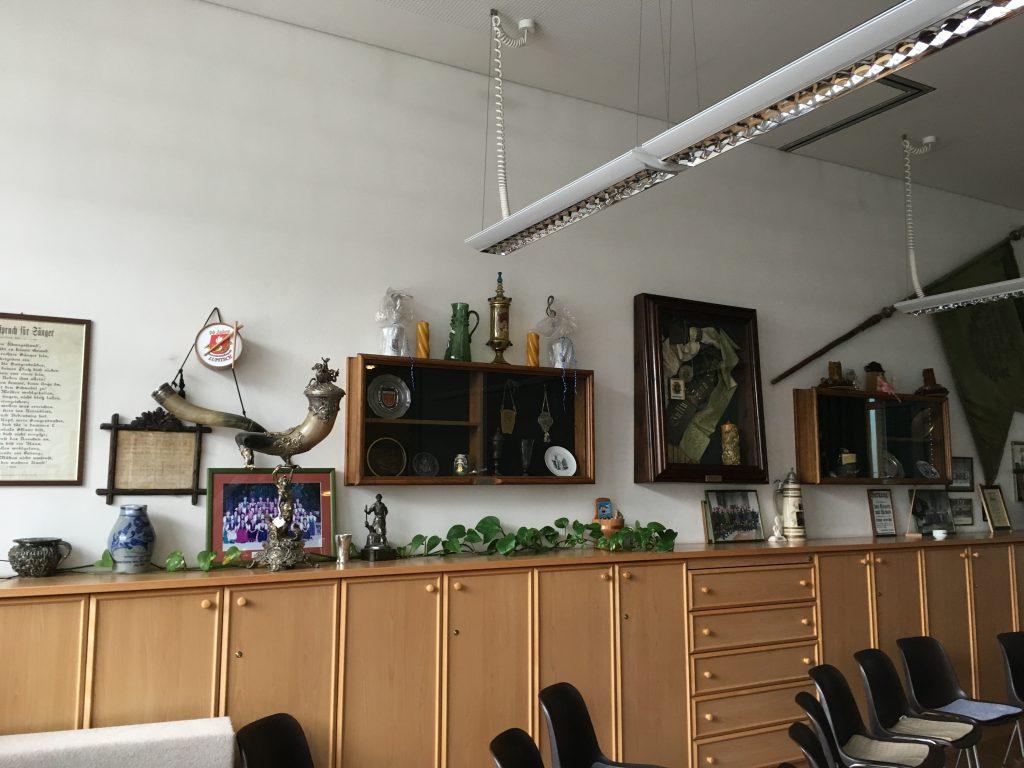 Das Foto zeigt einen Konferenzraum in Österreich mit traditionellem Jagdmotiv.