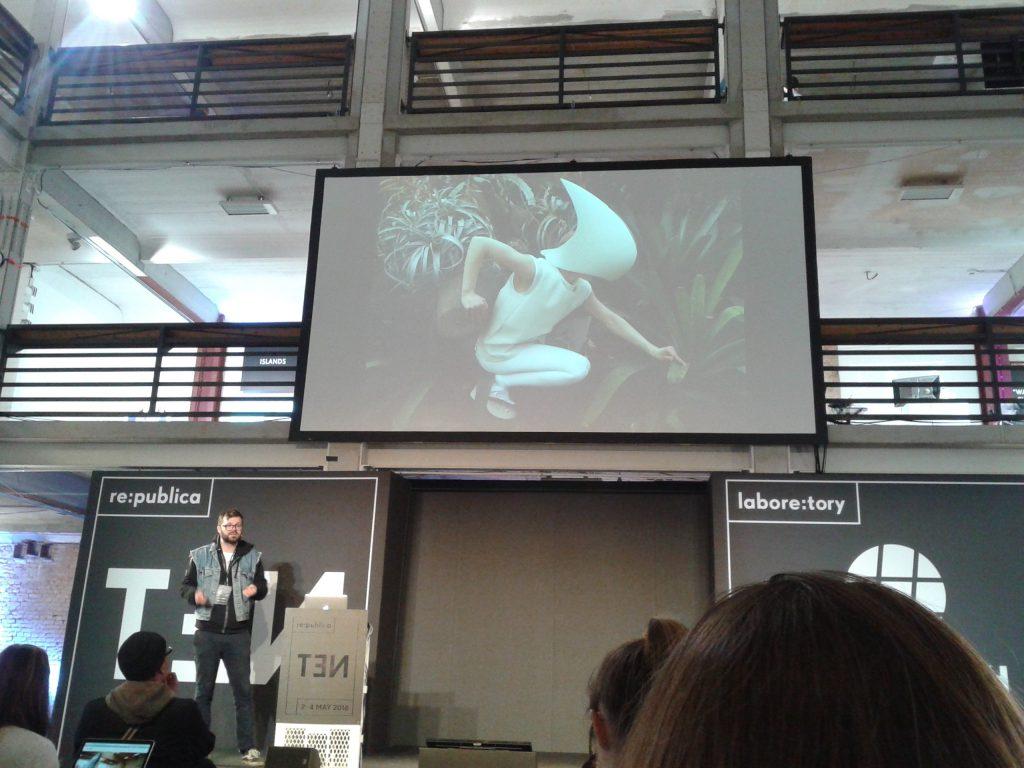 Das Foto zeigt eine VR Brille auf der Fashion Tech in Berlin bei der rpTEN