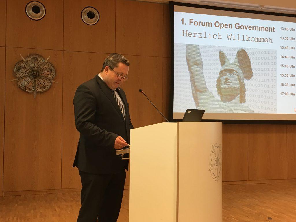 Das Foto zeigt den Landrat Axel Lehmann