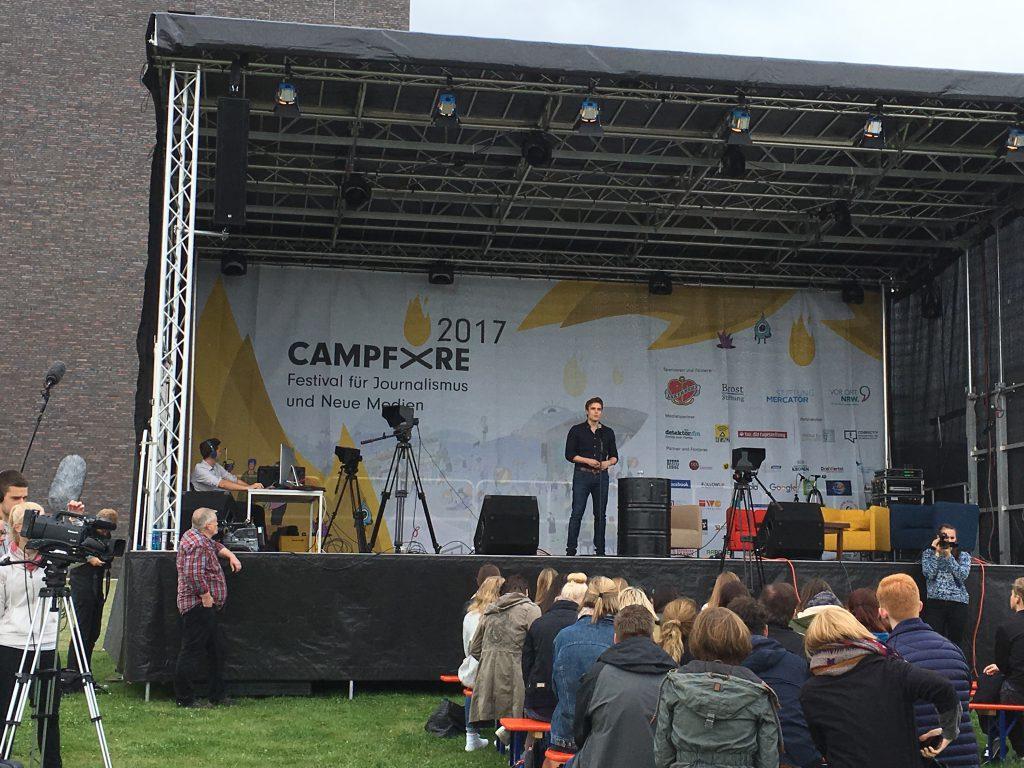 Das Foto zeigt die große Bühne beim Campfire17.