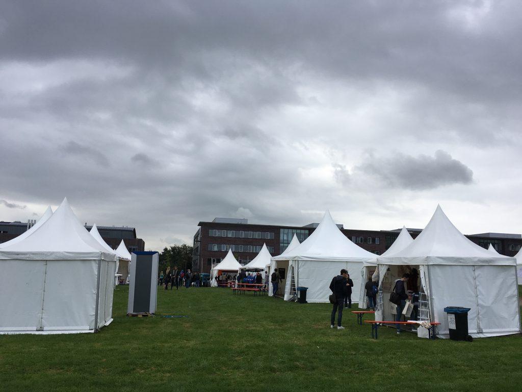 Das Foto zeigt ein Zeltdorf von CampFire2017