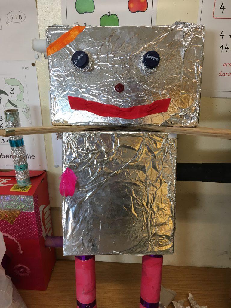 Das Foto zeigt einen selbstgebastelten Roboter.