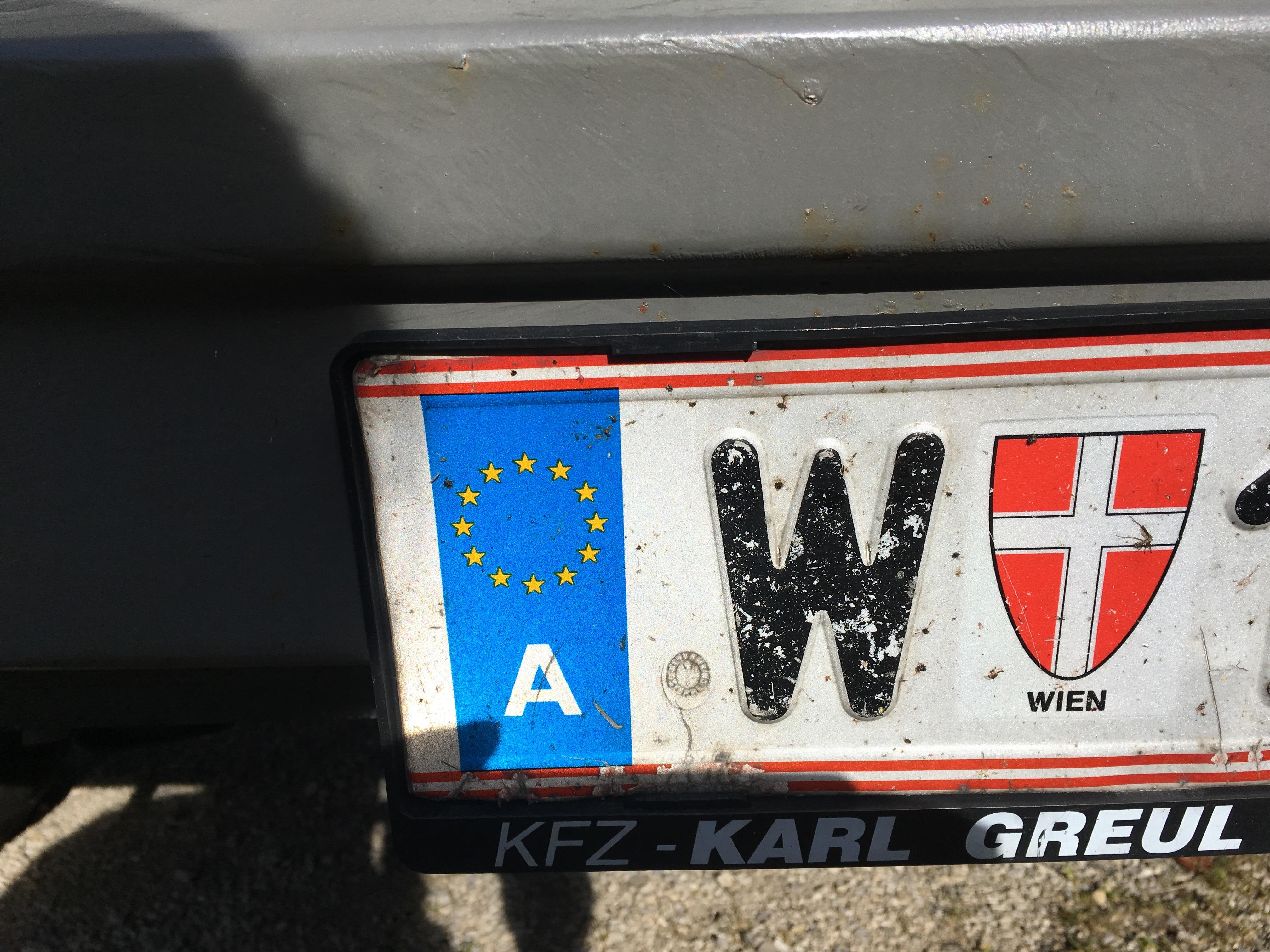 Das Foto zeigt das Kennzeichen von Wien.